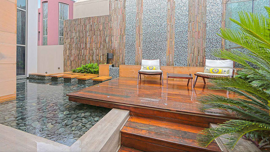 Luxury-home-courtyard-deck2